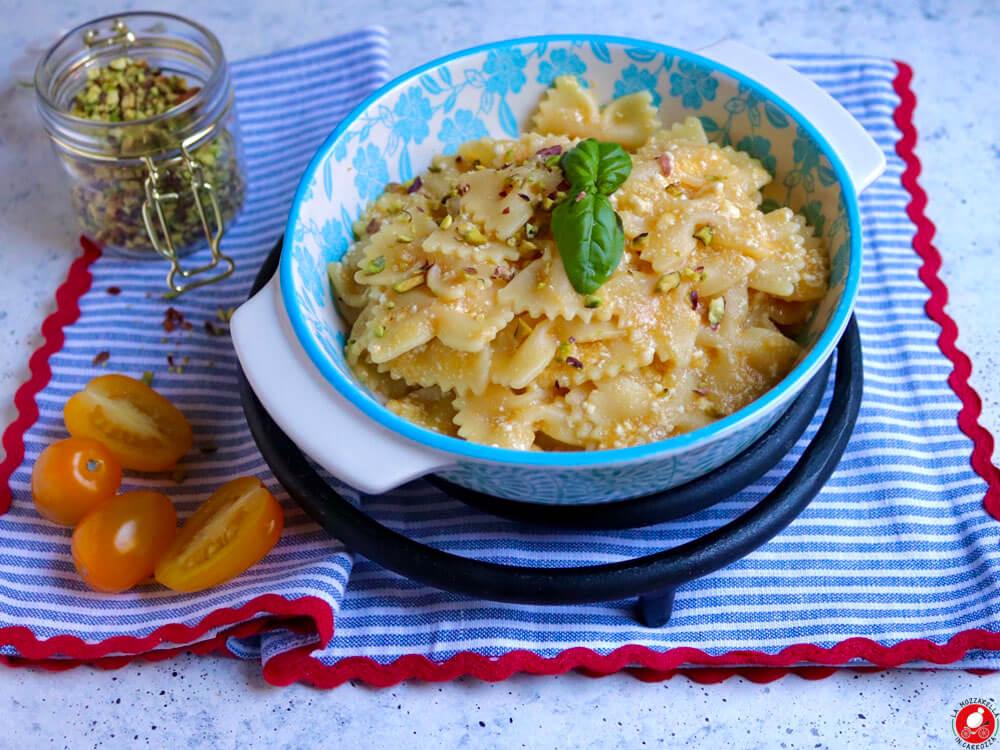 La Mozzarella In Carrozza - Farfalle con salsa di datterini gialli e stracchino