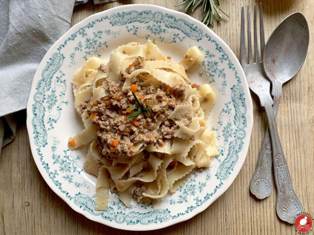 La Mozzarella in Carrozza - Tagliatelle al ragù bianco