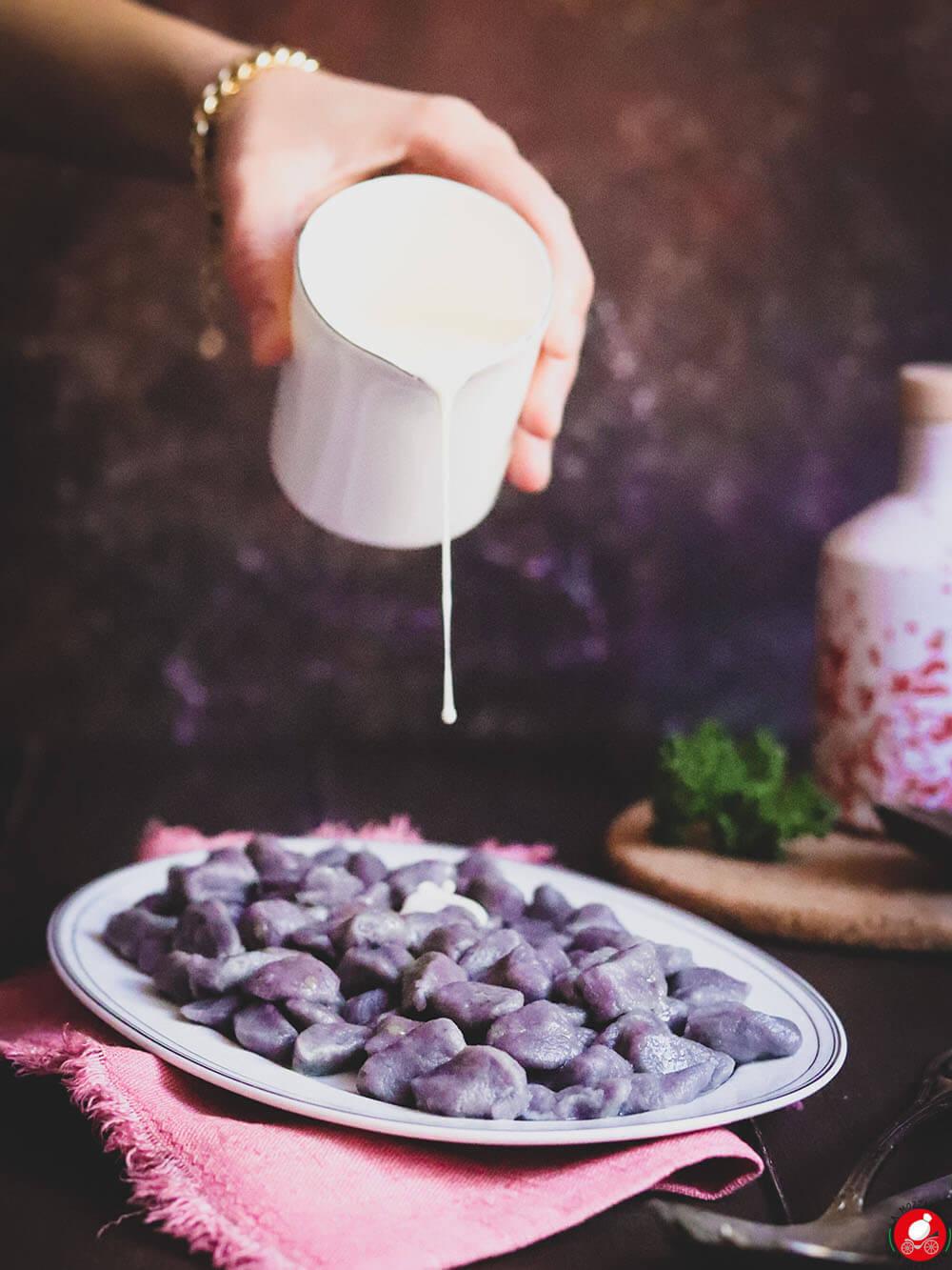 La Mozzarella In Carrozza - Gnocchi di patate viola con crema di formaggi
