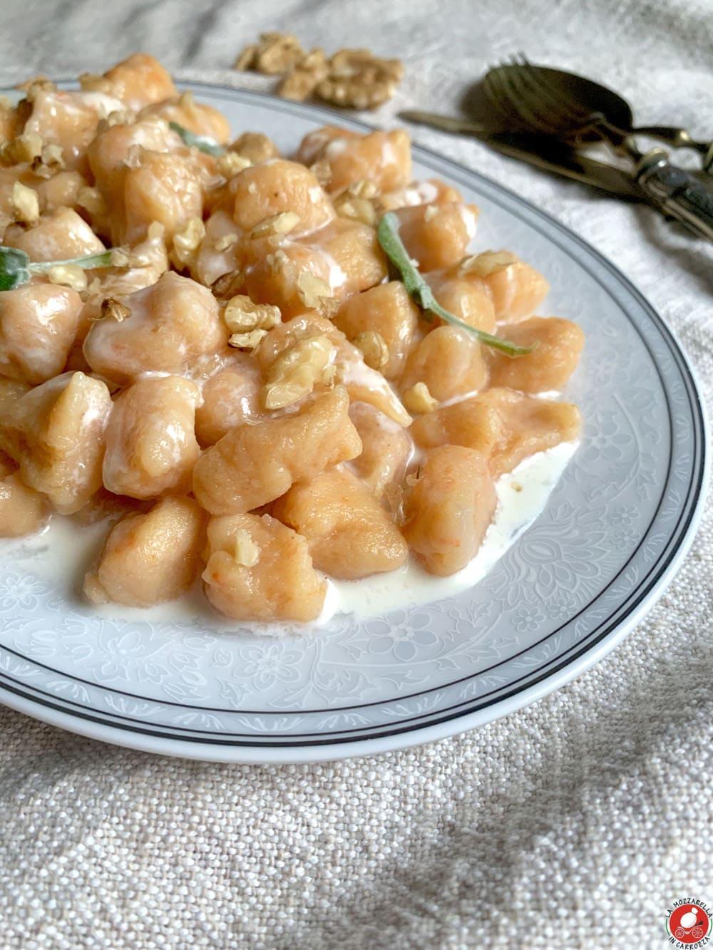 La Mozzarella in Carrozza - Gnocchi di zucca con crema al gorgonzola e noci